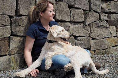 Ergotherapeutin Iris Heider mit ihrem Therapiehund Milla